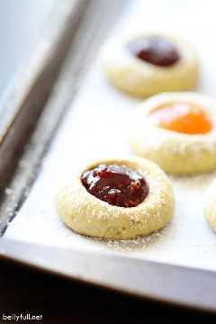 galletas de huellas digitales llenas de frambuesa