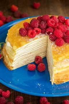 Este bolo de crepe é lindo e delicioso! A receita de panqueca liquidificador à prova de falhas torna este o bolo de 30 camadas mais fácil que você já fez! A melhor cobertura de bolo de crepe! O | natashaskitchen.com