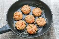 Estos pasteles de salmón son crujientes por fuera con sabrosos bocados de salmón en copos. ¡Siempre desaparecen rápido! SUPER FÁCIL y realmente deliciosos pasteles de salmón! El | natashaskitchen.com