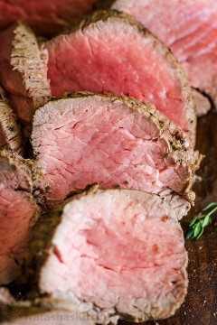 Close-up de fatias de lombo de carne assada