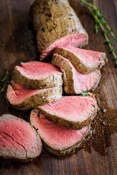 Lombo de carne fatiada de um bife inteiro na tábua