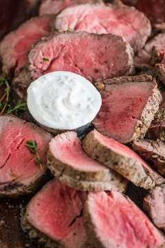 Como Servir Lombinho de Carne Assada com Molho de Rábano