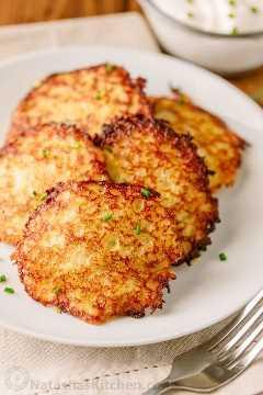 Draniki (también conocido como deruny), son tortitas de papa rellenas rusas hechas con papas ralladas. Estos están rellenos con una jugosa empanada de carne, ¡una deliciosa sorpresa! El   natashaskitchen.com