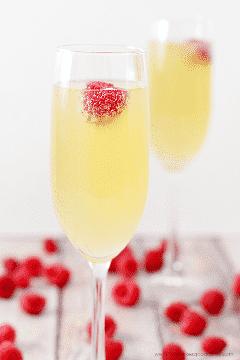 ¡Este Mock Champagne Punch solo tiene 3 ingredientes y se combina rápidamente! Es ideal para baby showers o en cualquier momento que necesite una alternativa sin alcohol a la real.
