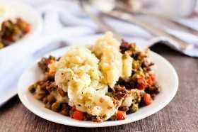 Você pode desfrutar da receita de torta do Crock Pot Shepherd em qualquer dia da semana, graças ao fogão lento. Esta receita saborosa é fácil no fogão lento.