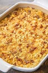 Pepper Jack Potato Casserole: nuestra receta favorita de cazuela de papas. Es como un cruce entre la tradicional cacerola de papa y las papas gratinadas. Me encanta la corteza de galleta de tocino cursi !!! Papitas fritas ralladas congeladas, crema de pollo, crema espesa, queso pepper jack, mantequilla, crema agria, cebolla en polvo, ajo en polvo, galletas ritz, parmesano y tocino. Puede adelantarse y congelarse para más tarde. ¡Siempre tengo un lote a mano para un plato rápido y delicioso! # cacerola de patata # comida congelada # guarnición