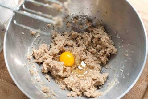 Quando a manteiga, o açúcar e a baunilha estiverem macios, é hora de adicionar o ovo.