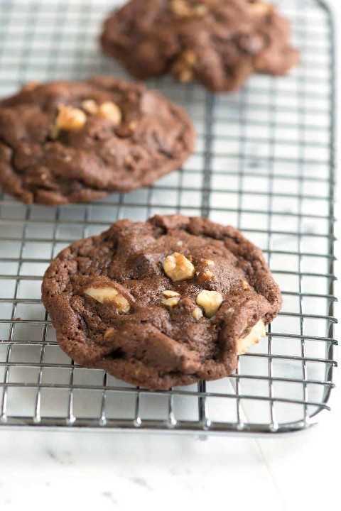 Receita fácil para biscoitos de chocolate e nozes com cacau em pó, manteiga e muitas nozes.