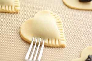 Estas tortas de mirtilo em forma de coração são FÁCEIS de fazer e provar incríveis! Eles usam geléia como recheio e você pode até usar a massa de bolo comprada na loja!