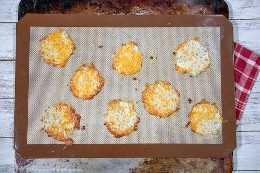 Keto nacho chips feitos com queijo em uma assadeira
