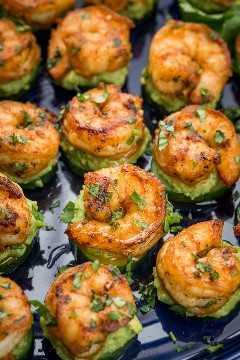 Aperitivos de camarones con jugo de lima fresco y cilantro