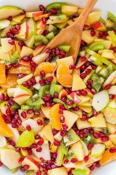 La ensalada de frutas de invierno es refrescante y está cargada con las mejores frutas del invierno. ¡El jarabe de limón, lima y miel es delicioso! ¡Estarás corriendo para recargas! El | natashaskitchen.com