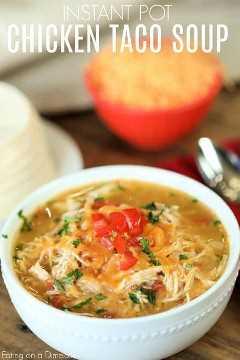 O jantar está pronto em um instante com a receita instantânea de sopa de frango com taco. Experimente esta receita fácil de panela de pressão com sopa de taco de frango para uma ideia de fast-food.