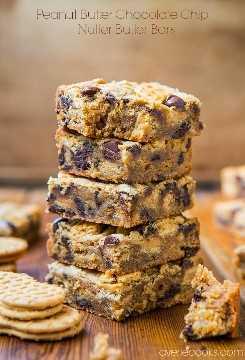 Barras de mantequilla de maní con trocitos de chocolate y nueces - Receta fácil y sin batidora en averiecooks.com
