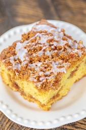 Graham Cracker Streusel Coffee Cake - ¡realmente delicioso! ¡TAN húmedo y el relleno de streusel es para morirse! ¡No pudimos resistirnos a este delicioso pastel! Mezcla de pastel, budín de vainilla, crema agria, aceite, huevos, vainilla, canela, migajas de galletas Graham, azúcar morena, nueces y mantequilla. Ideal para comidas compartidas, chucherías, desayunos, brunch y postres. # desayuno # pastel # postre # pastel de café