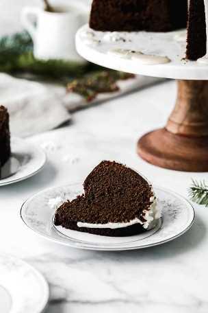 Uma fatia de bolo de gengibre em um prato branco