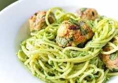 Albóndigas de espagueti y pavo con pesto de espinacas