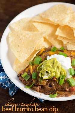Molho de feijão panela de barro! Este molho tem gosto de burrito de carne! Nós amamos esta refeição de futebol!