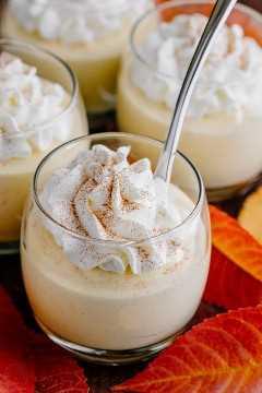 Las tazas de mousse de calabaza tienen el sabor y la textura del pastel de calabaza batido. ¡Receta de mousse de calabaza suave y aireada con la mejor crema batida con infusión de ron! El | natashaskitchen.com