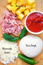 Pizza picante hawaiana: ¡pizza casera rápida que sabe mejor que cualquier pizzería! ¡Use el jamón sobrante de vacaciones! ¡A todos les encantó esta combinación de sabores! Obtiene una patada de los jalapeños.