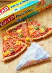 Pizza picante hawaiana: ¡pizza casera rápida que sabe mejor que cualquier pizzería! ¡Use el jamón sobrante de vacaciones! ¡A todos les encantó esta combinación de sabores! Obtiene una patada de los jalapeños. Envuelva las sobras con Glad Press'n Seal.