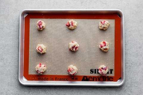massa de biscoito amanteigado de morango em uma assadeira