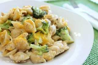 El pollo y el brócoli Alfredo Shells es una excelente manera de usar el pollo asado sobrante en una cazuela de pasta con queso. ¡Una cena fácil que encantará a toda la familia!