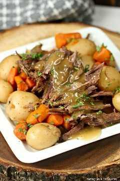 La mejor receta de asado Crock Pot que puedes hacer sin paquetes de condimentos. ¡Prueba este asado Crock Pot fácil y delicioso con verduras que tienen un sabor increíble!