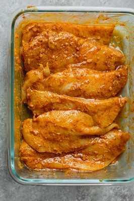 Esta ensalada de shawarma de pollo está CARGADA con ingredientes libaneses que se encuentran tradicionalmente en un sándwich de shawarma (menos la pita): pollo a la parrilla cubierto con especias de shawarma, lechuga, tabulé, cebolla, tomates, pimientos verdes, nabos, pimientos de plátano y hummus. Es bajo. carbohidratos, alta en proteínas y la comida perfecta!