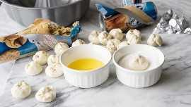 """¡Toda la bondad de la clásica flor de mantequilla de maní, envuelta en un cálido y delicioso pan de mono! ¡A mi familia le encanta esta divertida receta de postres, pero a veces incluso la comemos en el desayuno! """"width ="""" 675 """"height ="""" 380 """"srcset ="""" https://iwashyoudry.com/wp-content/uploads/2015/12/Peanut-Butter-Blossom-Monkey-Bread-3.jpg 675w, https: / /iwashyoudry.com/wp-content/uploads/2015/12/Peanut-Butter-Blossom-Monkey-Bread-3-600x338.jpg 600w, https://iwashyoudry.com/wp-content/uploads/2015/12/ Peanut-Butter-Blossom-Monkey-Bread-3-24x14.jpg 24w, https://iwashyoudry.com/wp-content/uploads/2015/12/Peanut-Butter-Blossom-Monkey-Bread-3-36x20.jpg 36w, https://iwashyoudry.com/wp-content/uploads/2015/12/Peanut-Butter-Blossom-Monkey-Bread-3-48x27.jpg 48w """"tamaños ="""" (ancho máximo: 675px) 100vw, 675px"""