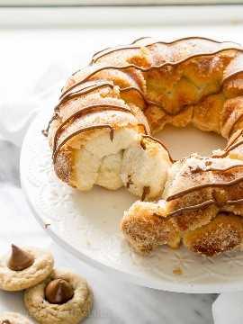 """¡Toda la bondad de la clásica flor de mantequilla de maní, envuelta en un cálido y delicioso pan de mono! ¡A mi familia le encanta esta divertida receta de postres, pero a veces incluso la comemos en el desayuno! """"width ="""" 675 """"height ="""" 901 """"srcset ="""" https://iwashyoudry.com/wp-content/uploads/2015/12/Peanut-Butter-Blossom-Monkey-Bread-7.jpg 675w, https: / /iwashyoudry.com/wp-content/uploads/2015/12/Peanut-Butter-Blossom-Monkey-Bread-7-600x800.jpg 600w, https://iwashyoudry.com/wp-content/uploads/2015/12/ Peanut-Butter-Blossom-Monkey-Bread-7-18x24.jpg 18w, https://iwashyoudry.com/wp-content/uploads/2015/12/Peanut-Butter-Blossom-Monkey-Bread-7-27x36.jpg 27w, https://iwashyoudry.com/wp-content/uploads/2015/12/Peanut-Butter-Blossom-Monkey-Bread-7-36x48.jpg 36w """"tamaños ="""" (ancho máximo: 675px) 100vw, 675px"""