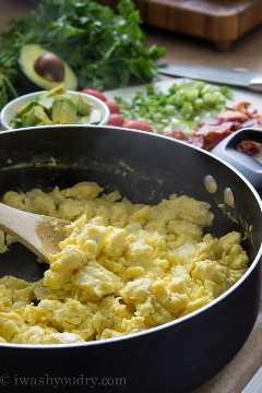 ¡Tazones de pan de desayuno con queso y tocino!