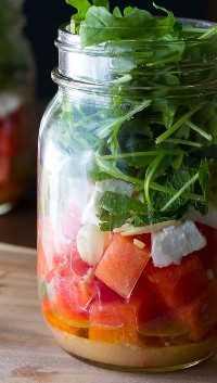 33 Ensaladas Saludables de Mason Jar - Ensalada de rúcula y sandía en un tarro