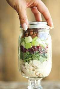 33 Ensaladas Saludables Mason Jar - Ensalada de pollo, manzana y nuez en un tarro