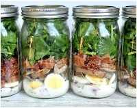 33 Ensaladas Saludables de Mason Jar - Ensalada de espinacas y tocino Mason Jar