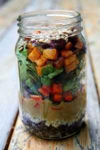 33 Ensaladas Saludables de Mason Jar - Ensalada de batata asada y quinua