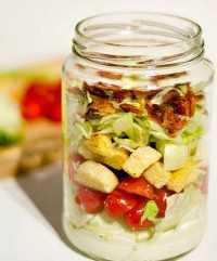 33 Ensaladas Saludables de Mason Jar - Ensalada BLT en un Tarro
