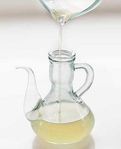 Verter el jarabe simple de plátano en un frasco