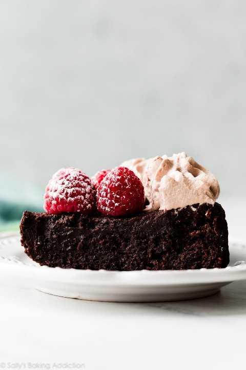 """pastel de chocolate sin harina """"width ="""" 600 """"height ="""" 900 """"data-pin-description ="""" Pastel de chocolate sin harina oscuro, indulgente y mega rico en gluten, hecho con chocolate real, azúcar, huevos, mantequilla, cacao en polvo y no mucho más. Receta fácil de pastel de 1 tazón en sallysbakingaddiction.com """"srcset ="""" http://juegoscocinarpasteleria.org/wp-content/uploads/2020/02/1581654905_600_Pastel-de-chocolate-sin-harina-con-crema-batida-de-moca.jpg 1200w, https: //cdn.sallysbakingaddiction. com / wp-content / uploads / 2020/02 / flourless-chocolate-cake-500x750.jpg 500w, https://cdn.sallysbakingaddiction.com/wp-content/uploads/2020/02/flourless-chocolate-cake-600x900 .jpg 600w, https://cdn.sallysbakingaddiction.com/wp-content/uploads/2020/02/flourless-chocolate-cake-1024x1536.jpg 1024w """"tamaños ="""" (ancho máximo: 600px) 100vw, 600px """"/ ></p> <h2>Video tutorial de pastel de chocolate sin harina</h2> <hr/> <h2>Ingredientes de pastel de chocolate sin harina</h2> <p><em>""""¡¿Dónde está la harina ?!""""</em> usted puede estar preguntando Para que pueda entender cómo funciona esta receta, permítame explicarle cada ingrediente que SI necesita.</p> <ul> <li><strong>Chocolate</strong> Y <strong>Mantequilla: </strong>Esta receta comienza como mis pasteles de lava de chocolate: derretir la mantequilla y el chocolate juntos. Es importante usar <strong>chocolate puro para hornear</strong>, no chips de chocolate. Las chispas de chocolate contienen estabilizadores que evitan que se derritan en la consistencia sedosa que necesitamos. En su lugar, tome dos barras de chocolate para hornear semidulces de 4 onzas del pasillo de horneado. Prefiero las marcas Ghirardelli o -. Necesita 6 onzas para esta receta. (Reserve las 2 onzas restantes para otro momento).</li> <li><strong>Huevos: </strong>Los huevos tienen 3 trabajos principales en esta receta. Primero, ayudan a tomar el lugar de la harina. Y como lo hacen en los brownies caseros, los huevos crean la mayor parte de la textura húmeda y d"""