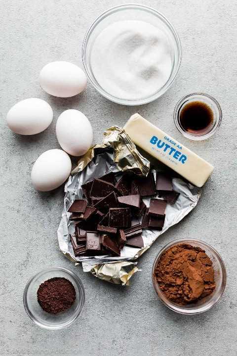 manteiga, chocolate, ovos, açúcar e cacau em pó