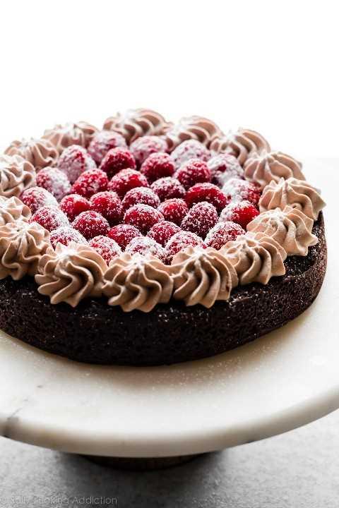 pastel de chocolate sin harina con crema batida moca