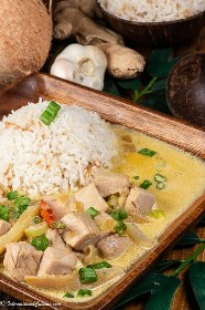"Un plato de atún con curry de coco servido con arroz de coco ""data-pin-description ="" El atún con curry de coco es un plato popular en Oceanía. Un plato principal encantador para cualquier noche de la semana. #tunacoconutcurry #solomonislands #tuvalu ""width ="" 723 ""height ="" 1084 ""srcset ="" http://juegoscocinarpasteleria.org/wp-content/uploads/2020/02/1581657303_119_Curry-de-atun-y-coco-un-plato-principal-de-Oceania.jpeg 467w, https : //www.internationalcuisine.com/wp-content/uploads/2020/02/tuna-coconut-curry1-200x300.jpeg 200w ""tamaños ="" (ancho máximo: 723px) 100vw, 723px"