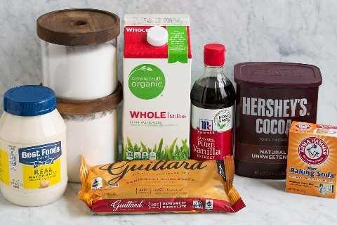 Los ingredientes que se muestran aquí son necesarios para hacer un pastel de chocolate.