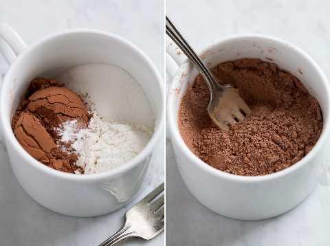 Se muestra el primer paso para hacer el pastel de taza, batiendo los ingredientes secos en la taza.