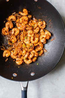 El arroz frito con camarones picantes se hizo más saludable con el arroz integral cocido sobrante, un delicioso grano integral rico en fibra, por lo que te llena.