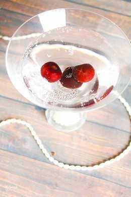 Magnífica y sofisticada, esta receta de cóctel Sparkling Black Cherry Martini es perfecta para Año Nuevo, San Valentín o una fiesta temática de Great Gatsby.