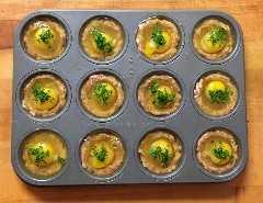 ¡Perfecto para preparar a granel para preparar comidas durante la semana! ¡Esta receta de magdalenas Paleo Sausage & Egg Breakfast Muffins no podría ser más fácil! 2 ingredientes, 20 minutos