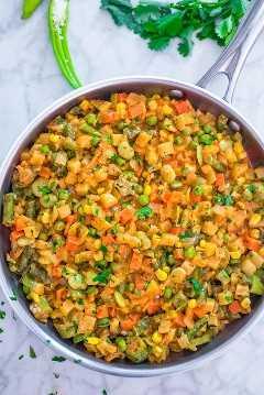 Ultimate Vegetable Stew en una sartén con cilantro en el fondo