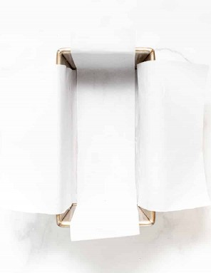 un molde para pan forrado con pergamino para hornear