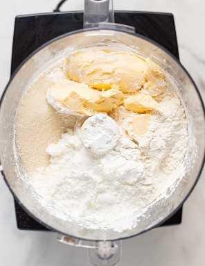 ingredientes veganos de mantequilla en un procesador de alimentos